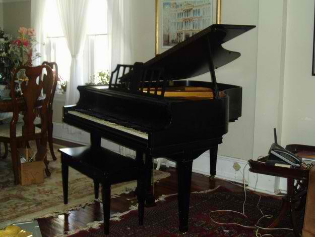 _baby-grand-piano